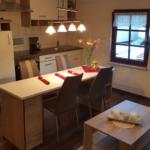 Küchenzeile mit Herd, Kaffeemaschine, Toaster und Kühlschrank